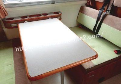 キャンピングカー内装テーブル